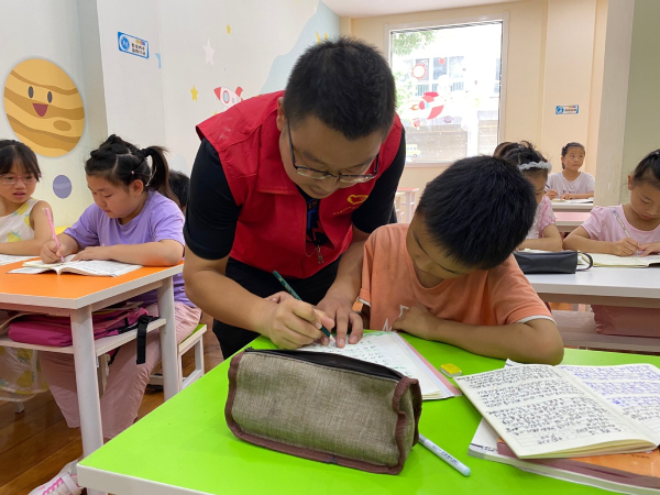 Community center in Shaanxi helps left-behind kids