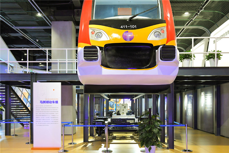 China develops high-power electric locomotive