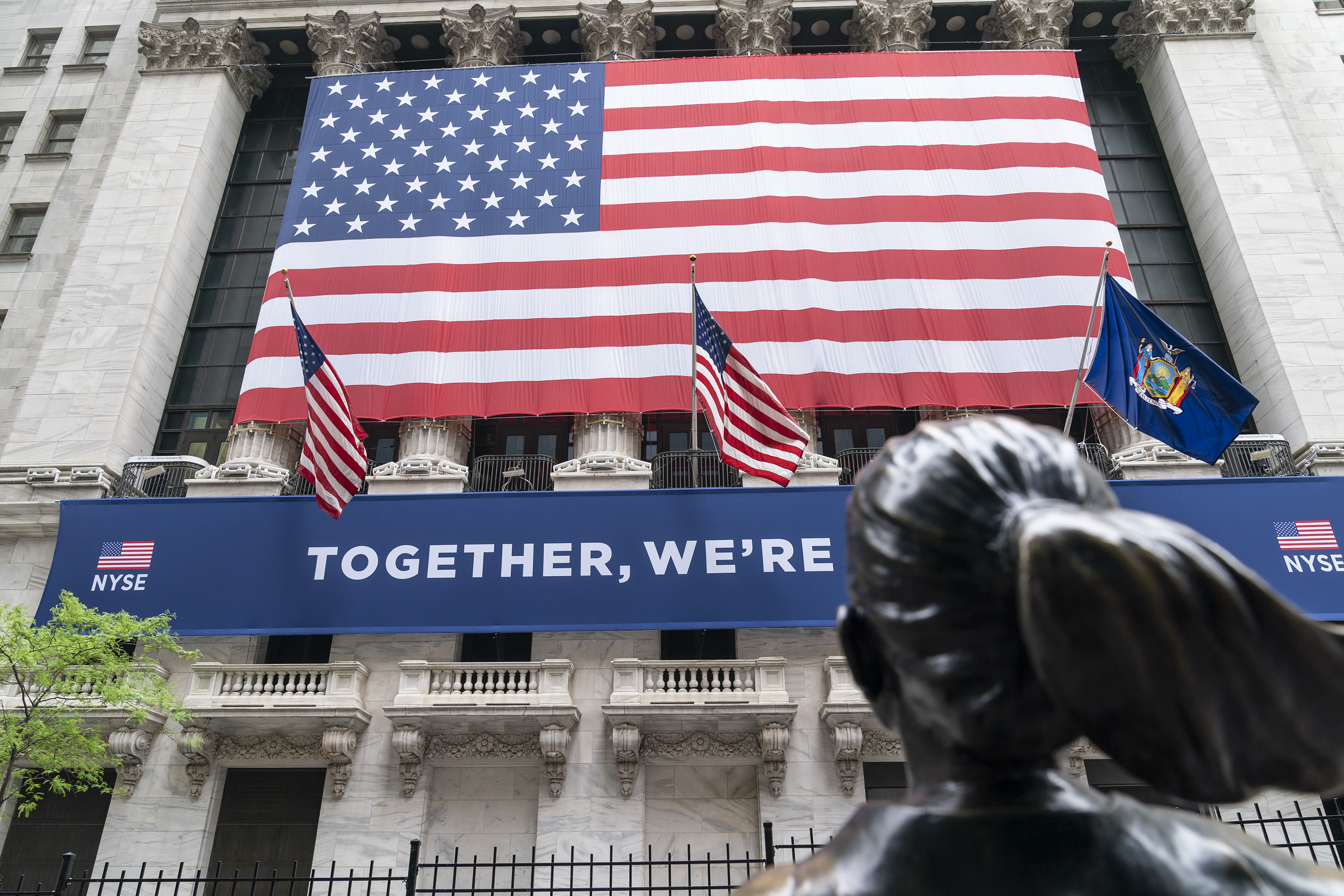 US stocks up as strong tech earnings offset stimulus fog
