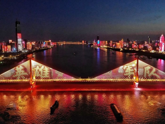 Wuhan pays tribute to the PLA soldiers with light show
