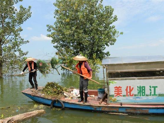 Staff workers clear surface of Xiangjiang River in Changsha, China's Hunan