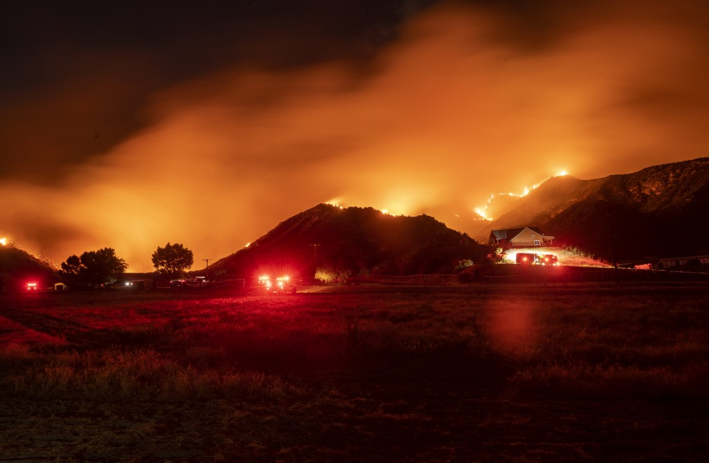Firefighters struggle to contain blaze in southern California