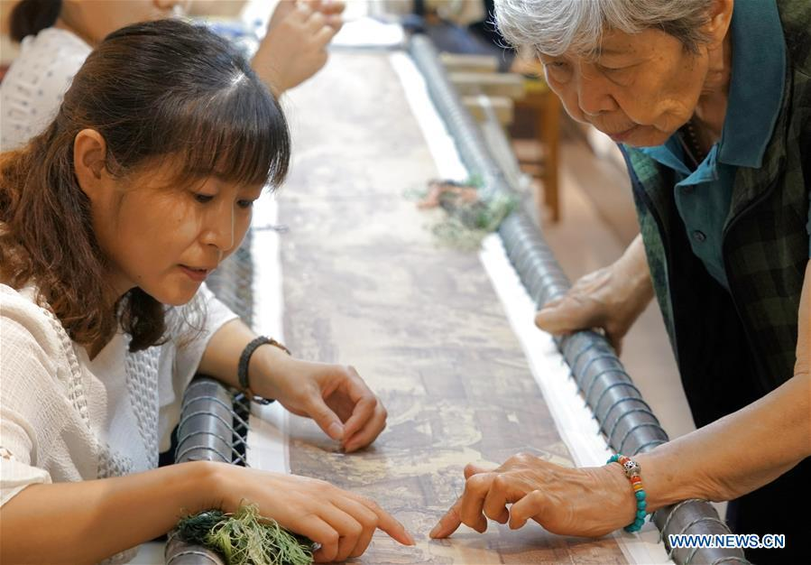 Pic story of intangible cultural heritage inheritor of bian embroidery in Henan