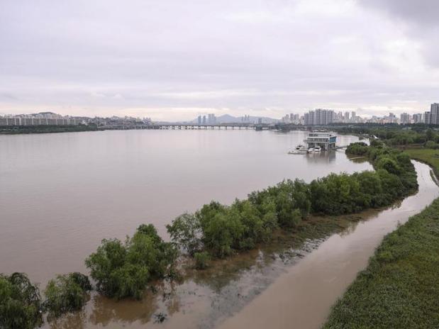 S.Korea's death toll from heavy rain rises to 21
