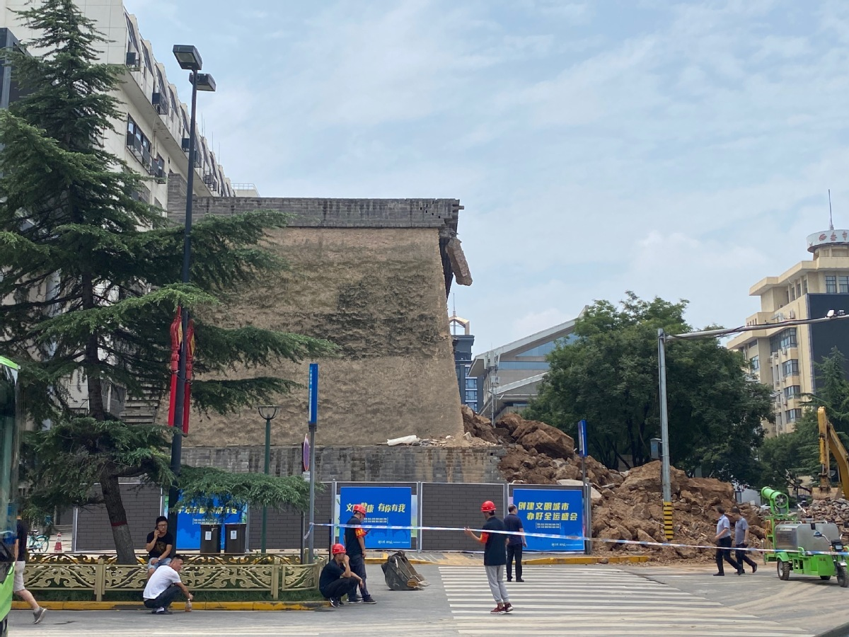 Ancient wall collapses in Xi'an, injuring four