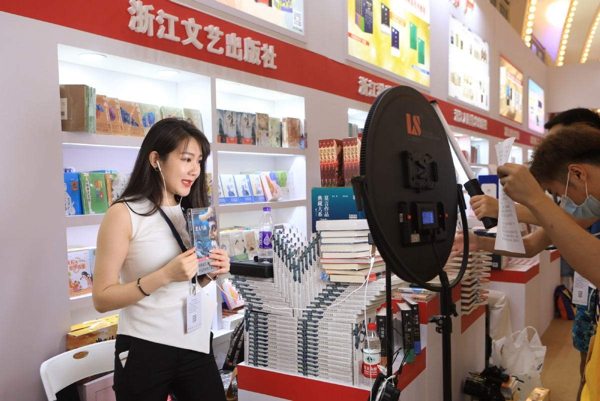 Shanghai Book Fair draws fans on opening day