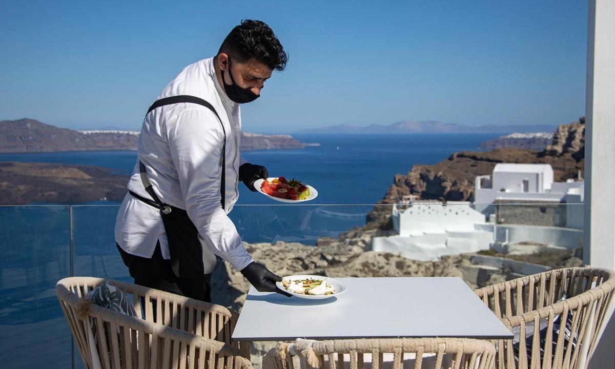 Curfew in top Greek island bars, eateries to limit corona virus