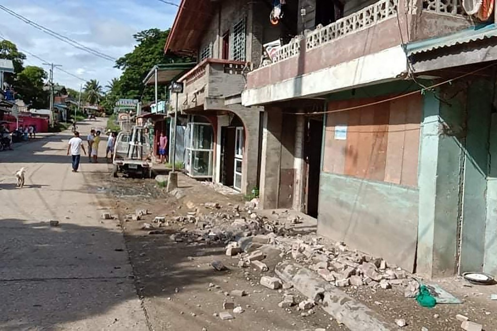 One dead as strong quake hits central Philippines