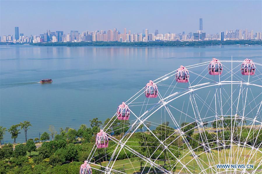 """Ferris wheel """"Donghu Eye"""" opens to public in Wuhan"""