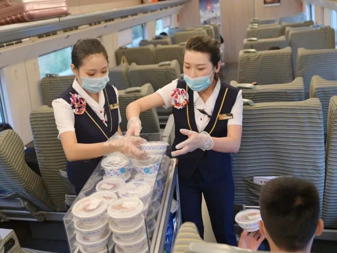Small-bowl cuisines on China's high-speed railways to curb food wastage