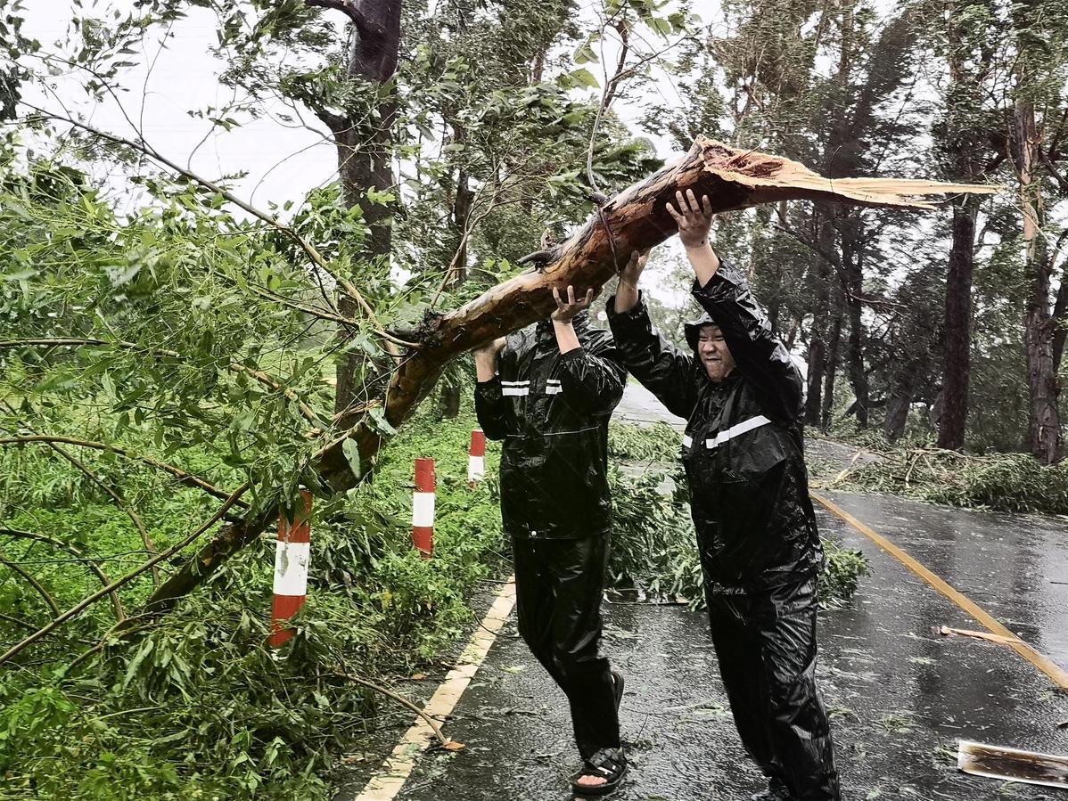 Typhoon Higos' gales hammer Guangdong