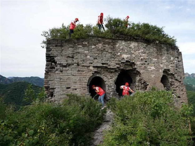 Volunteers from Hebei clean up waste along Zhengguanling Great Wall