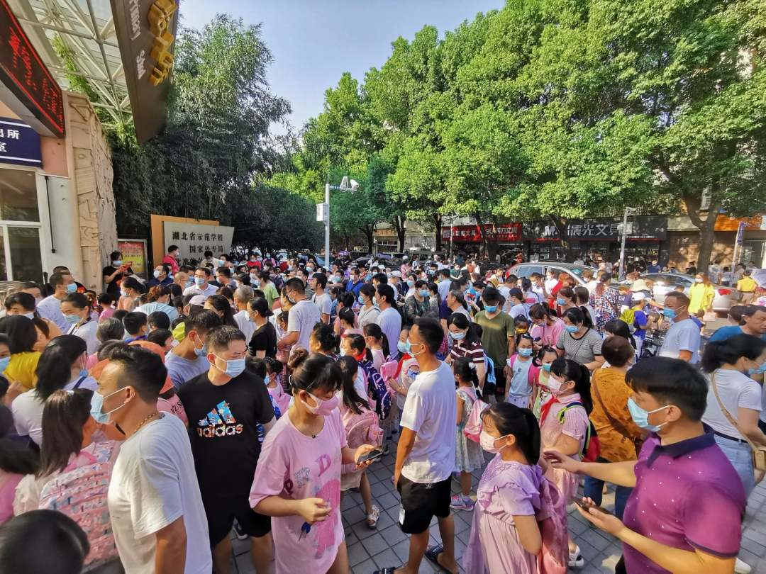 Primary school students in Wuhan start returning to classrooms