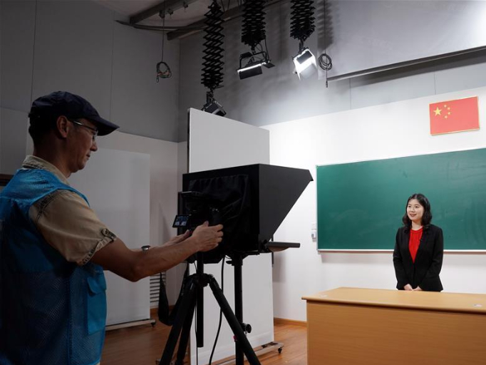 Shanghai organizes outstanding teachers to record online lecture videos