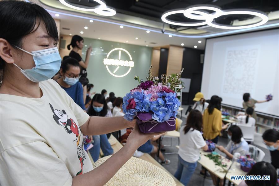 """Young people attend night classes at """"Youth Channel"""" in Shenzhen"""