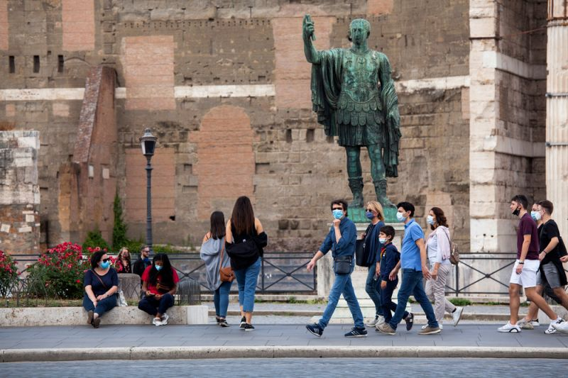 Pandemic deniers rally in Rome without wearing face masks