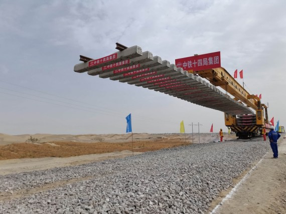 New south Xinjiang railway makes foray into largest desert