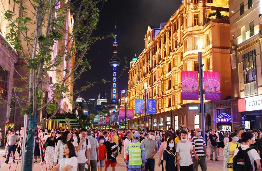 Famous commercial street of Shanghai stretches to the Bund