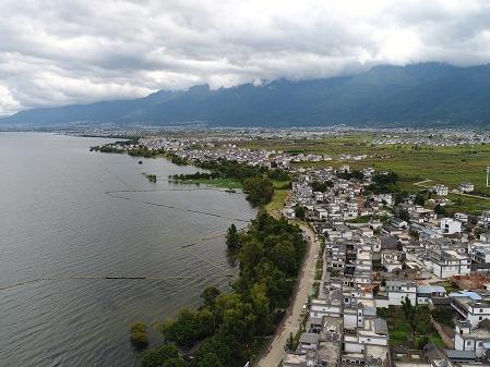 Tourists visit Dali village as lake environment improves