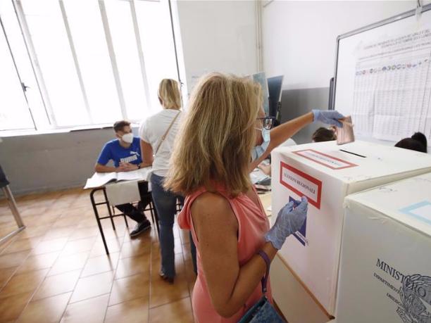 Italians head to polls in key referendum, regional vote