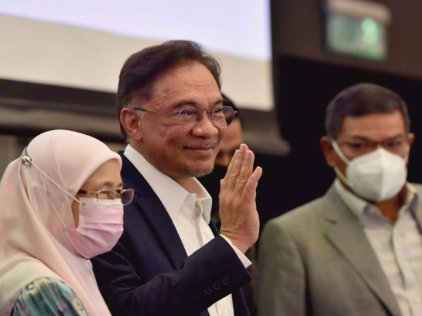 Malaysia's opposition leader Anwar Ibrahim claims to have 'strong' parliamentary majority to form new government
