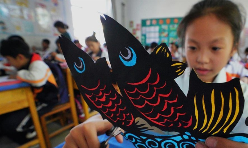Students have paper-cutting class in Hebei