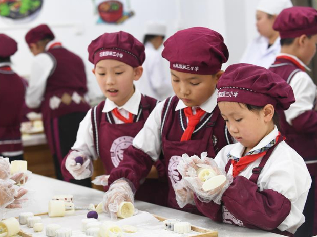 People make mooncakes for upcoming Mid-Autumn Festival