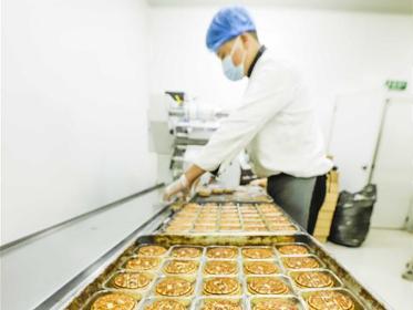 Food companies busy producing moon cakes ahead of Mid-Autumn Festival