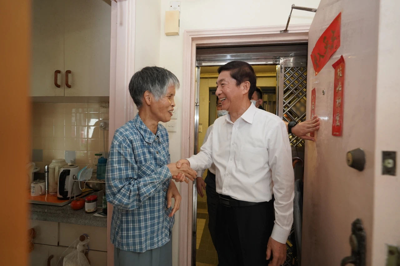 Liaison office director in HKSAR visits Hong Kong residents on National Day