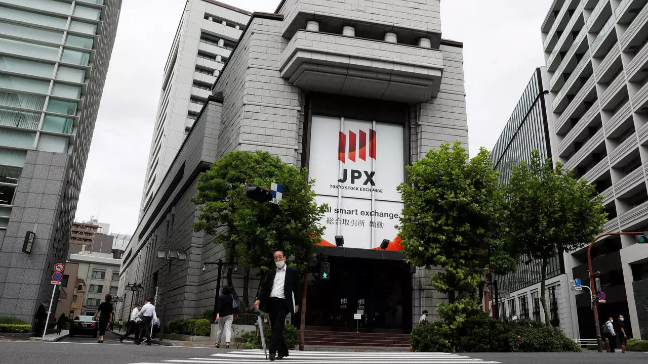 Tokyo stocks close higher on buybacks after reports of Trump's recovery