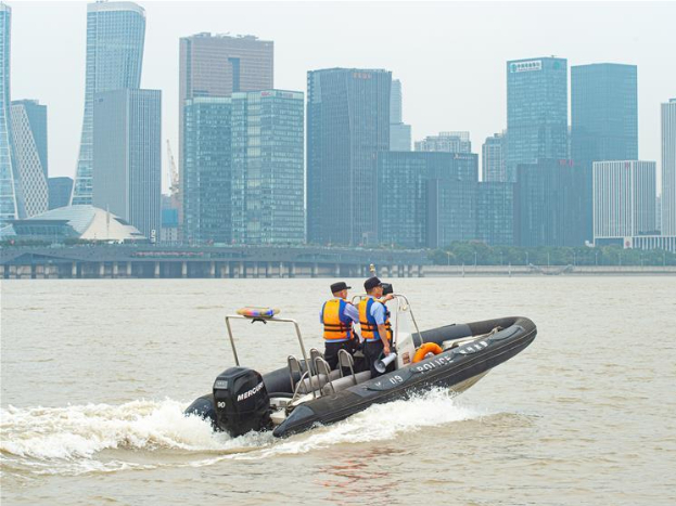 People watch Qiantang River tidal bore in Hangzhou