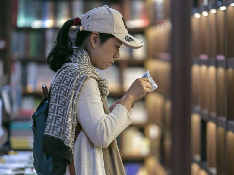 People spend holiday at bookstores or libraries in Shanghai