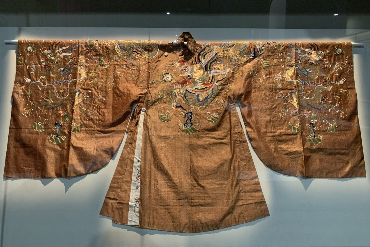 Ming garments on display in Shandong