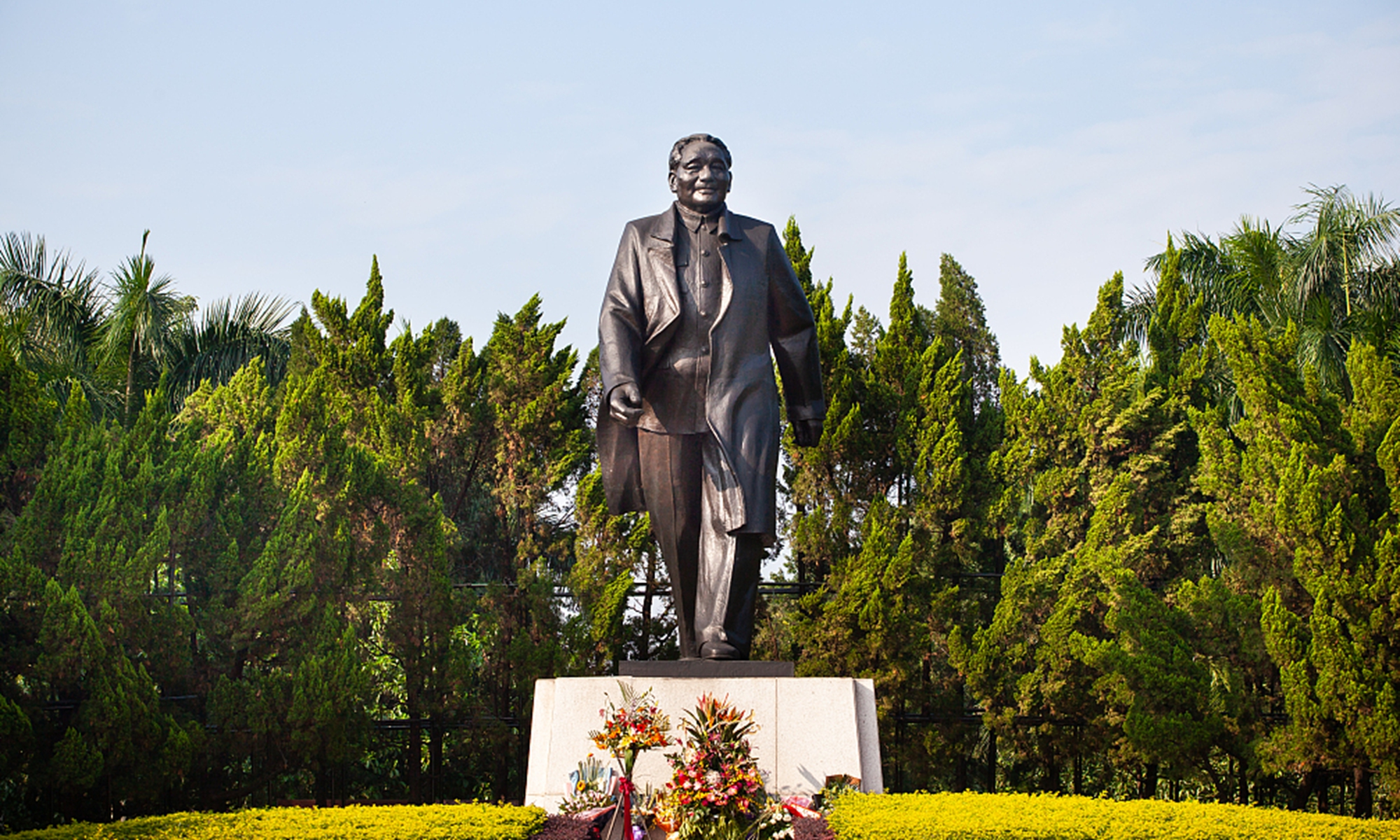 Xi presents flowers to statue of Deng Xiaoping in Shenzhen