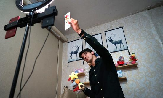 'First foreigner' to practice livestream selling in Yiwu: Syrian man looks for Chinese buyers via Douyin