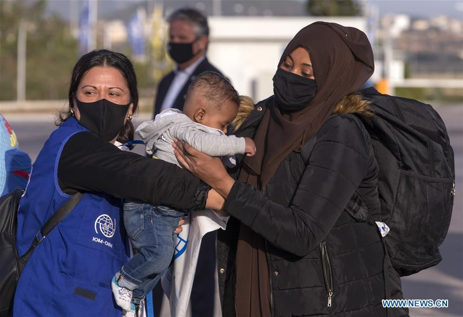 First group of refugees from Greek islands departs for Germany