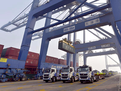Robotic system handles entire process of loading containers onto ships at Tianjin port