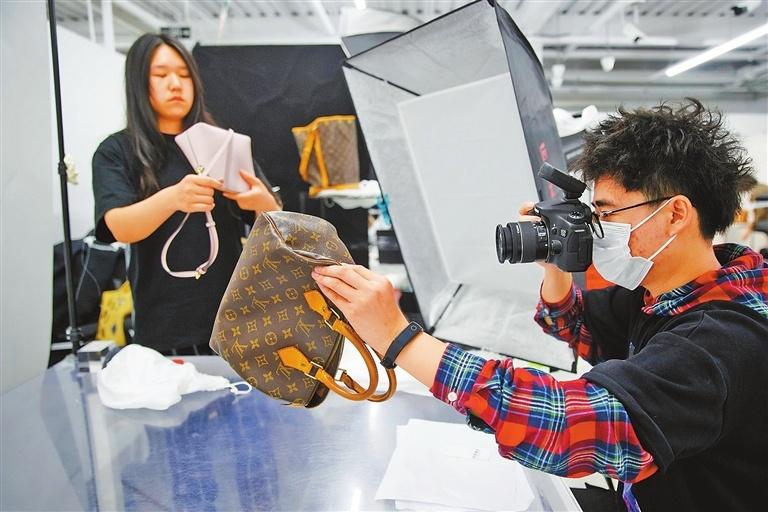 Secondhand luxury goods market booms