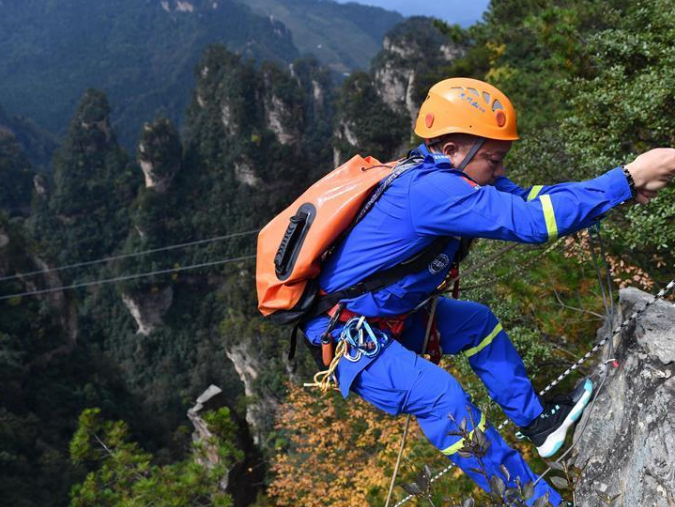 Zhangjiajie Blue Sky rescue team call on tourists to protect environment in Hunan