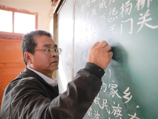 Village teacher opens the eyes of students in remote area through education