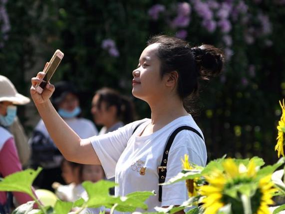 People visit Jiangnan Park in Nanning