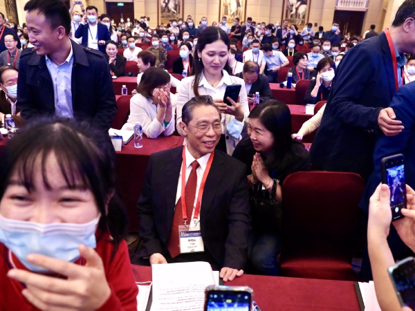 Heroic pandemic doctor attends medical conference in Shenzhen