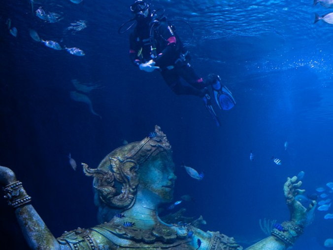 Dating with fish in Thailand's largest aquarium