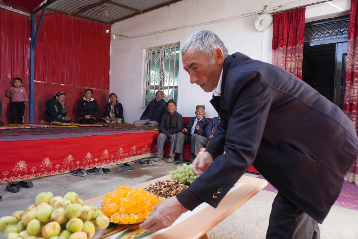 Xinjiang man gives back to community with elder care