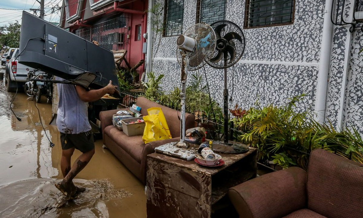 Residents clean up after Typhoon Goni leaves behind mess in Philippines