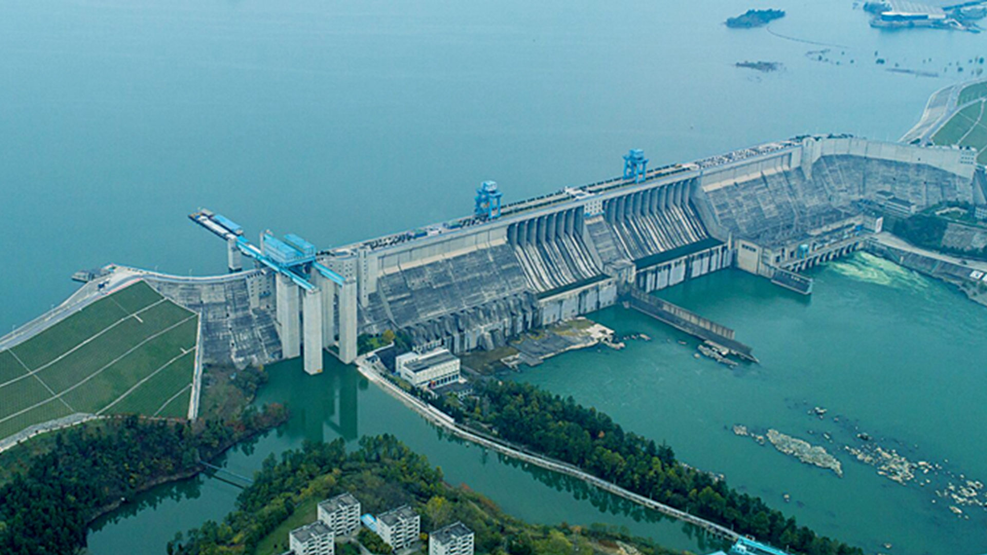 Major water bridge built for diversion project in east China