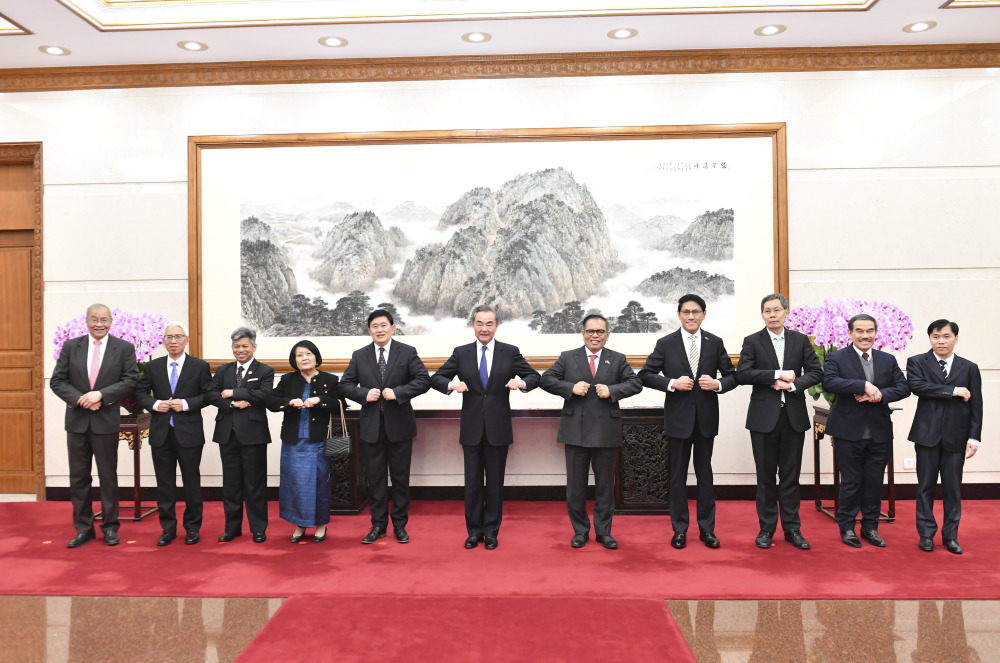 Chinese FM meets ASEAN diplomatic envoys