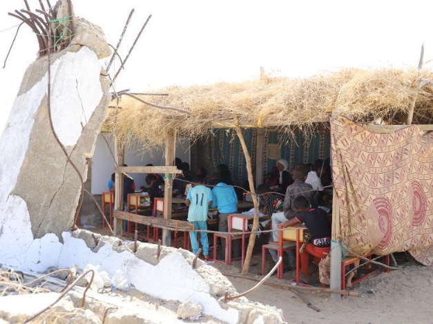 Yemeni parents build straw hut classrooms for children after schools bombed