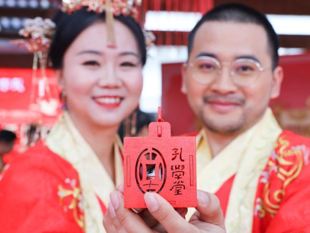 Couples attend traditional wedding ceremony in Guiyang