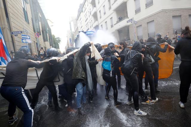 Police fire water cannon to disperse Berlin anti-shutdown protest